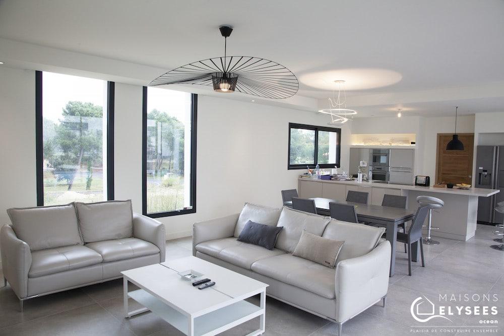 Maison architecte bord de mer salle de vie et cuisine ouverte