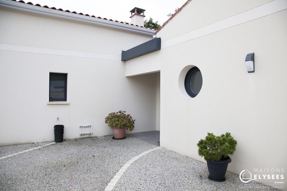 Maison avec toiture terrasse et toiture traditionnelle 7