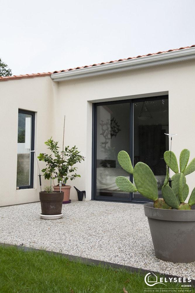 Maison avec toiture terrasse et toiture traditionnelle 8