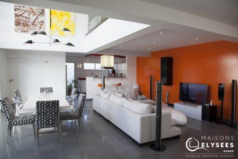 Séjour cuisine: Maison contemporaine avec un beau mur rideau sur La Rochelle (17)