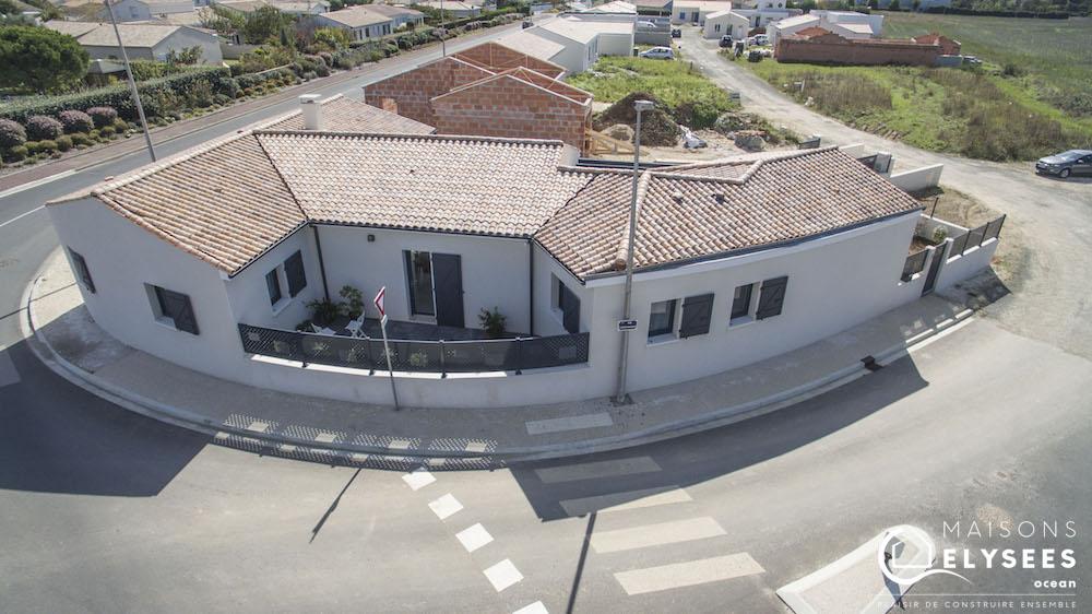 Maison en V traditionnelle vue aerienne drone4