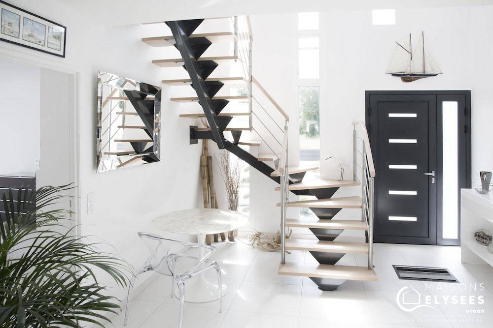 Escalier magistral et lumineux: Maison contemporaine au style unique construite en Charente Maritime