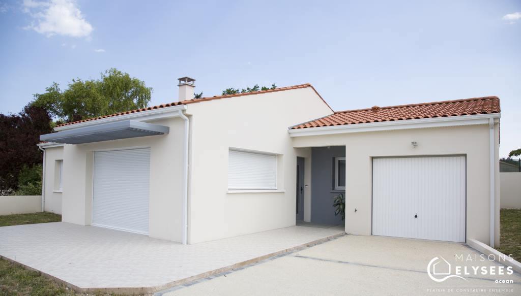 maison neuve qui mixe toiture traditionnelle et toiture terrasse. Black Bedroom Furniture Sets. Home Design Ideas