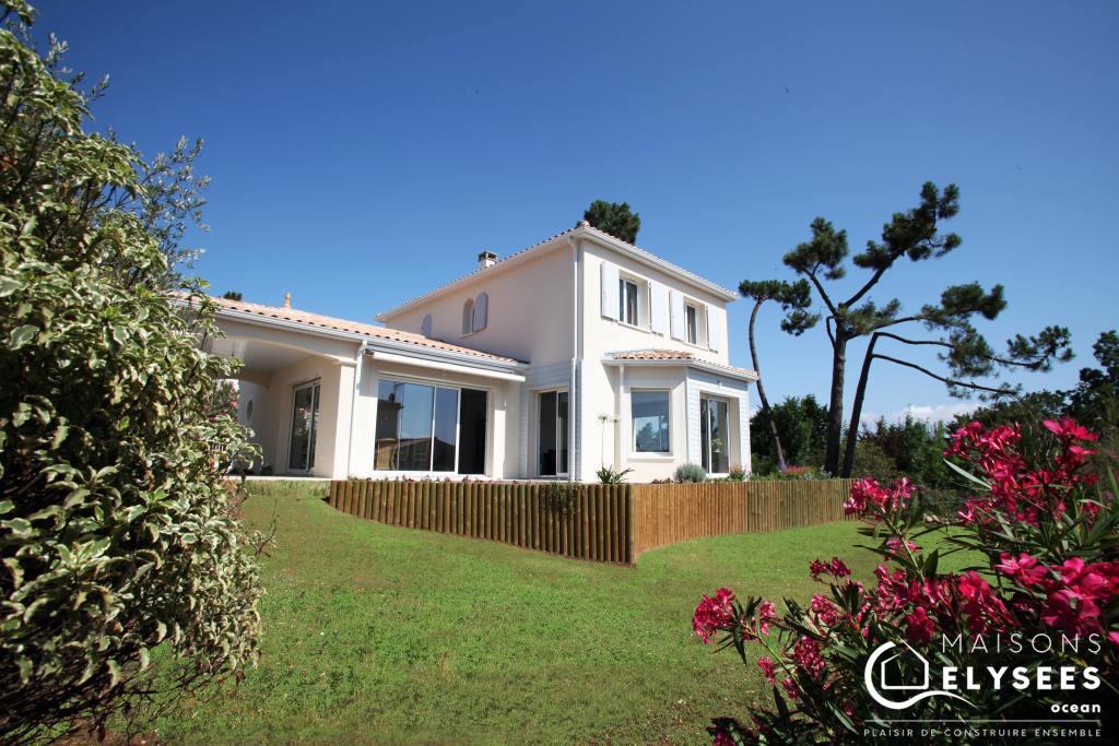 Maison traditionnelle de caractere avec bow window construite en Charente Maritime (17)