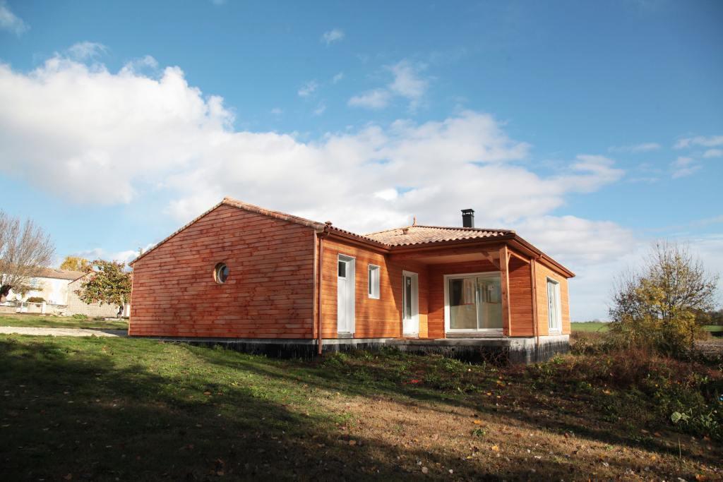 En campagne, Maison en bois de plain pied à Sémussac en Charente Maritime