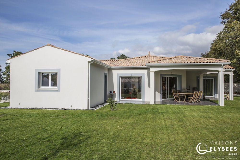 Terrasse et jardin paysagé: maison d'architecte traditionnelle en U de plain pied construite en Charente Maritime
