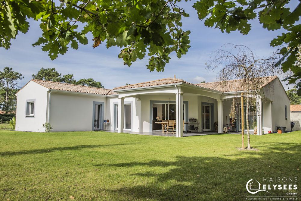 Auvent et jardin paysagé: maison d'architecte traditionnelle en U de plain pied construite à Vaux sur mer (17)