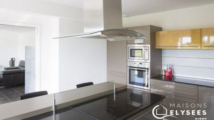Belle cuisine ouverte maison contemporaine Chaillevette 17